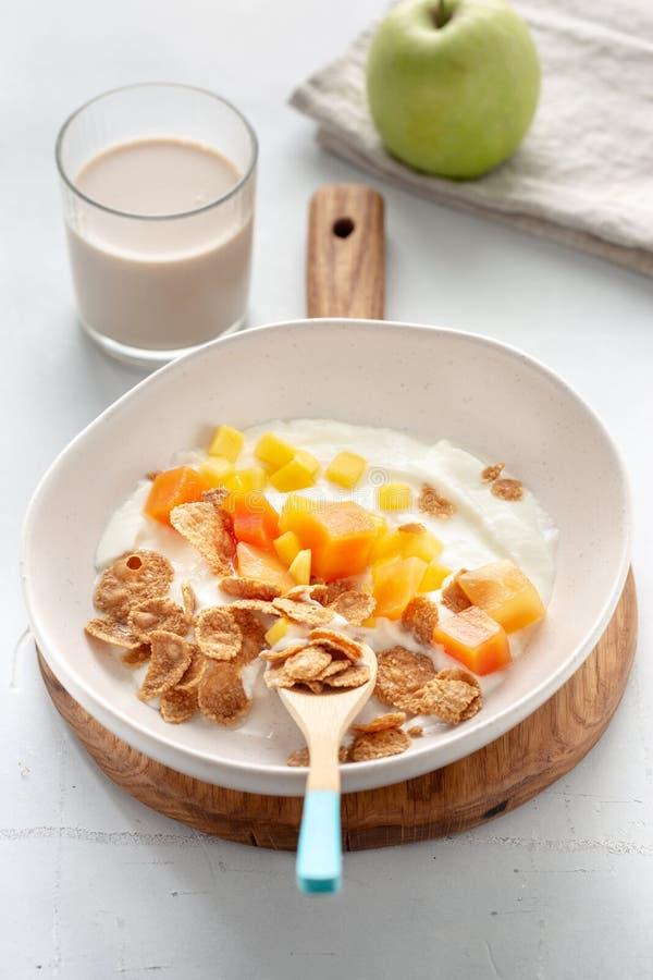 健康早餐片希腊酸奶水果燕麦牛奶 图库摄影