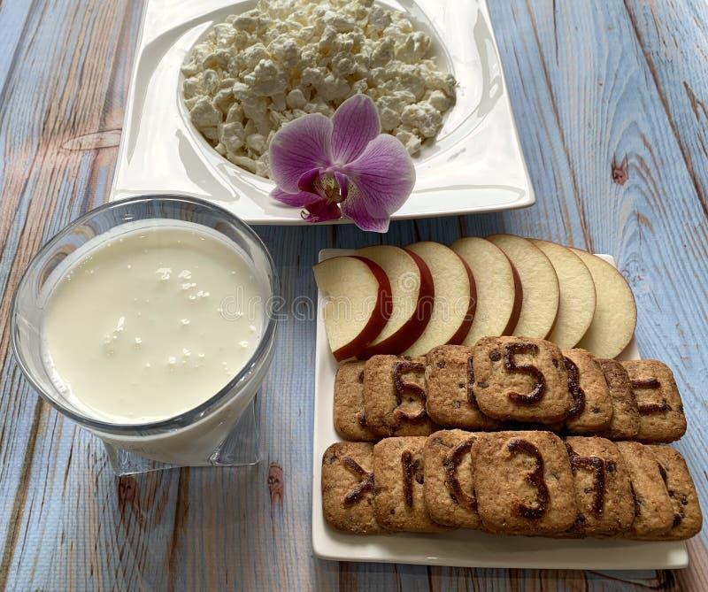 健康早餐牛乳气酒和酸奶干酪 苹果计算机用曲奇饼 库存图片