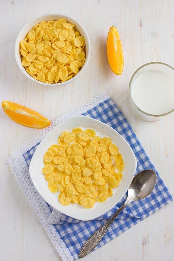 健康早餐玉米片和牛奶 免版税库存图片