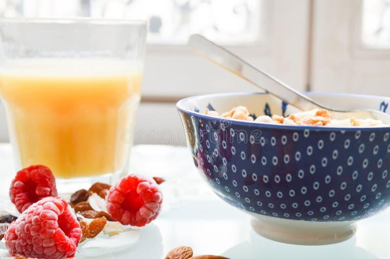 健康早餐用新鲜水果谷物和汁 免版税库存图片