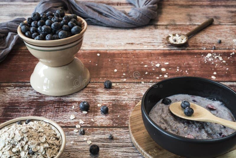健康早餐用燕麦、蓝莓和muesli 免版税图库摄影