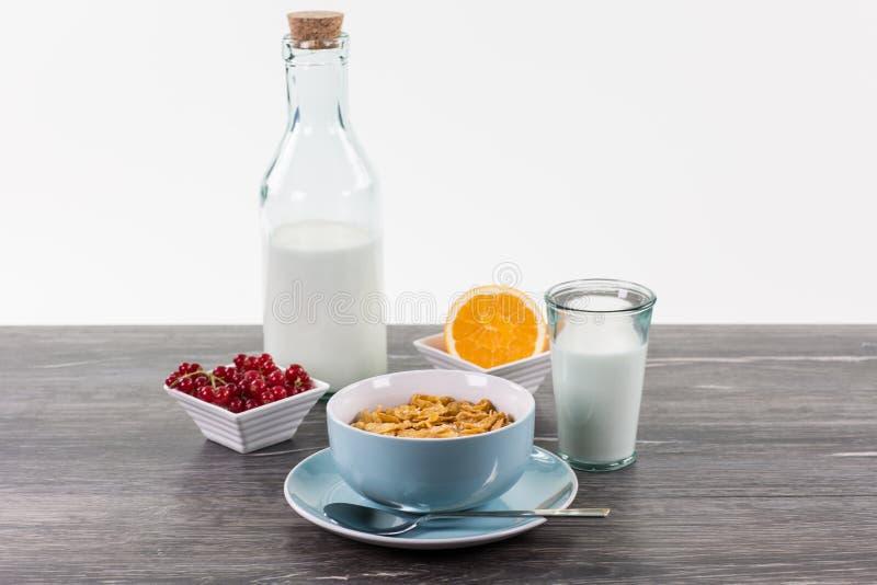 健康早餐用玉米片,牛奶,在woode的橙色果子 免版税库存图片