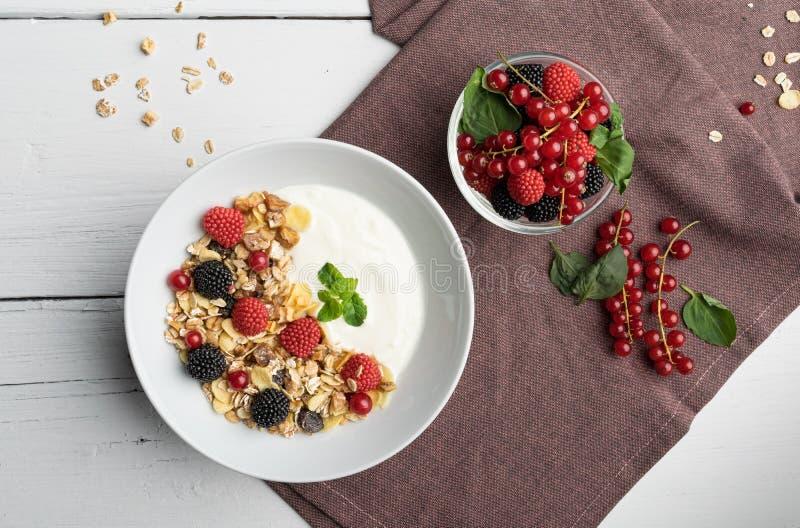 健康早餐用酸奶、muesli、莓和樱桃 库存照片