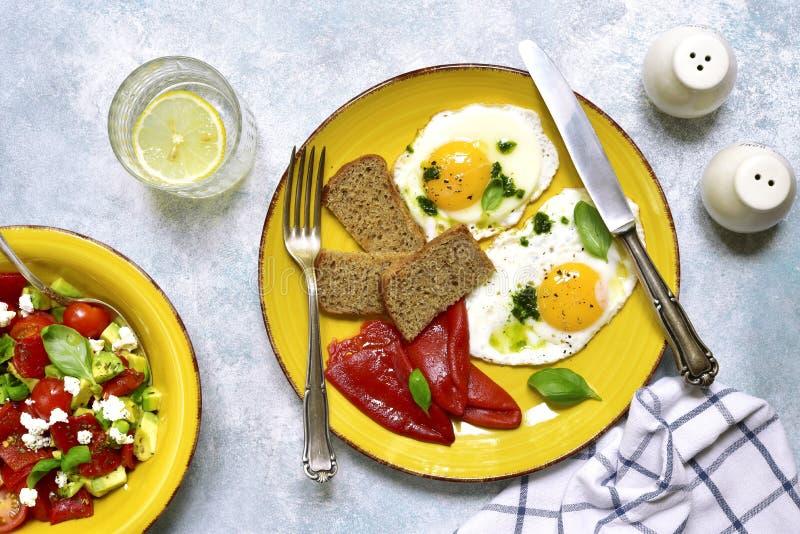 健康早餐的概念:与蓬蒿pesto, gril的煎蛋 库存图片