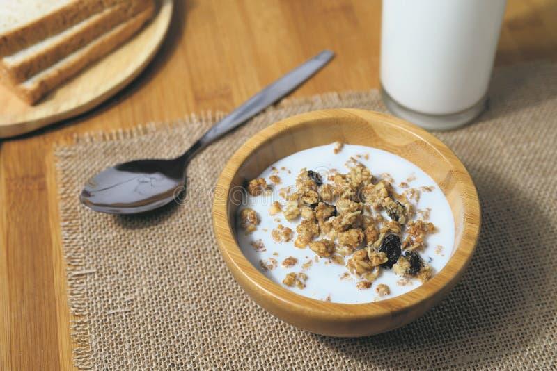 健康早餐碗muesli用在木的自然酸奶 免版税库存图片
