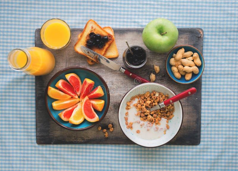 健康早餐碗muesli用在桌上的酸奶 库存图片