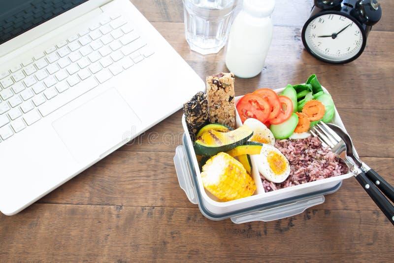 健康早餐箱子用米莓果,煮沸的鸡蛋,红萝卜, toma 库存图片