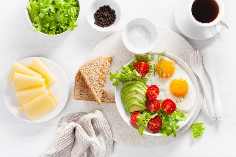 健康早餐舱内甲板位置 煎蛋,鲕梨,蕃茄,多士 免版税图库摄影