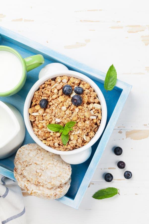 健康早餐设置了与muesli、莓果和牛奶 免版税库存照片