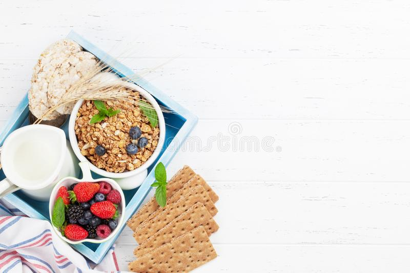 健康早餐设置了与muesli、莓果和牛奶 库存图片