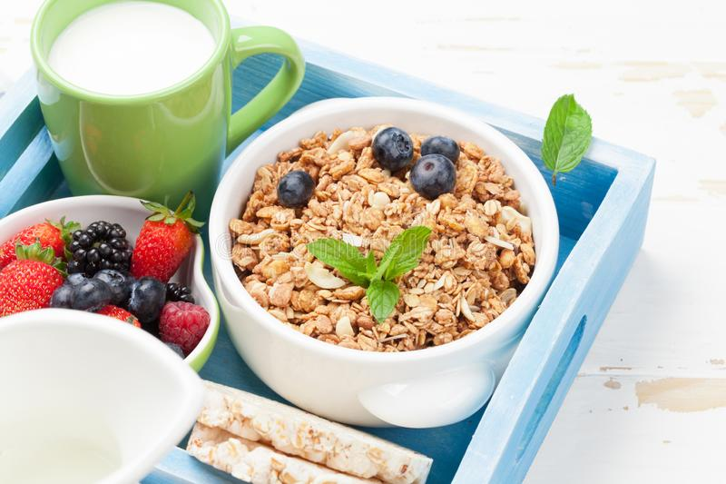 健康早餐设置了与muesli、莓果和牛奶 库存照片