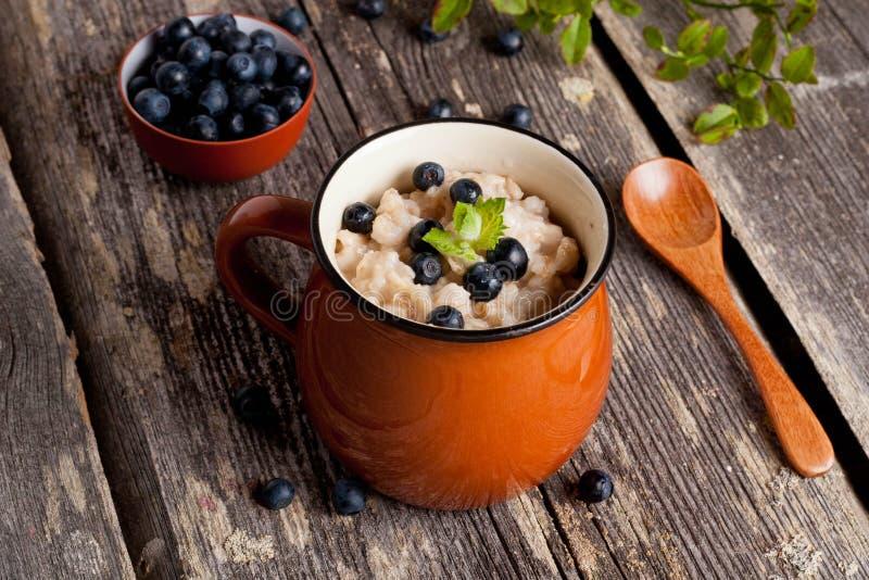 健康早餐:燕麦粥用蓝莓 免版税库存图片