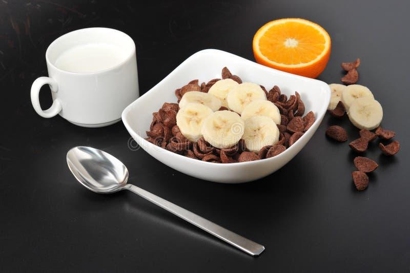 健康早餐-巧克力谷物用香蕉 免版税库存图片