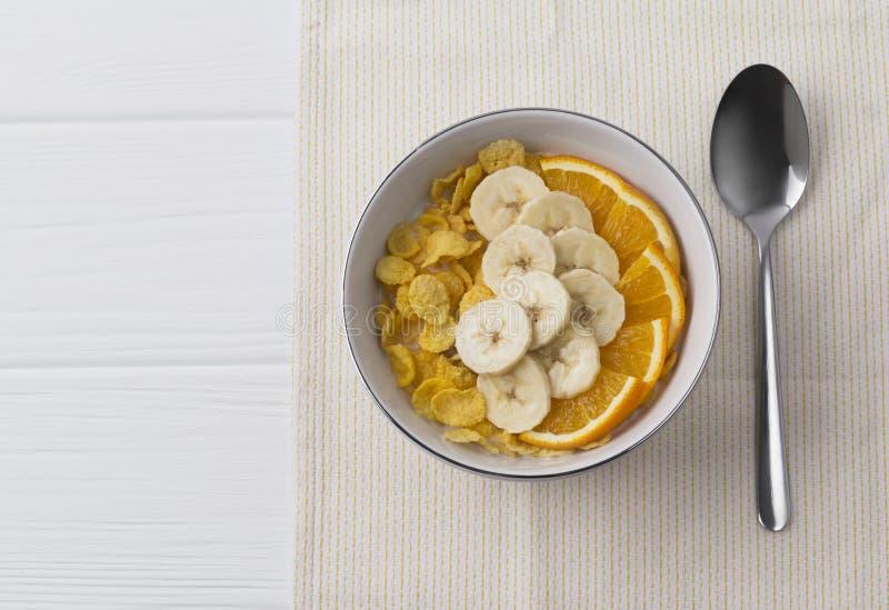 健康早餐-碗玉米片和果子 库存照片