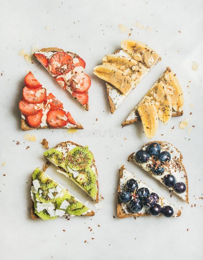 健康早餐整粒多士用奶油乳酪,果子,种子,坚果 免版税图库摄影