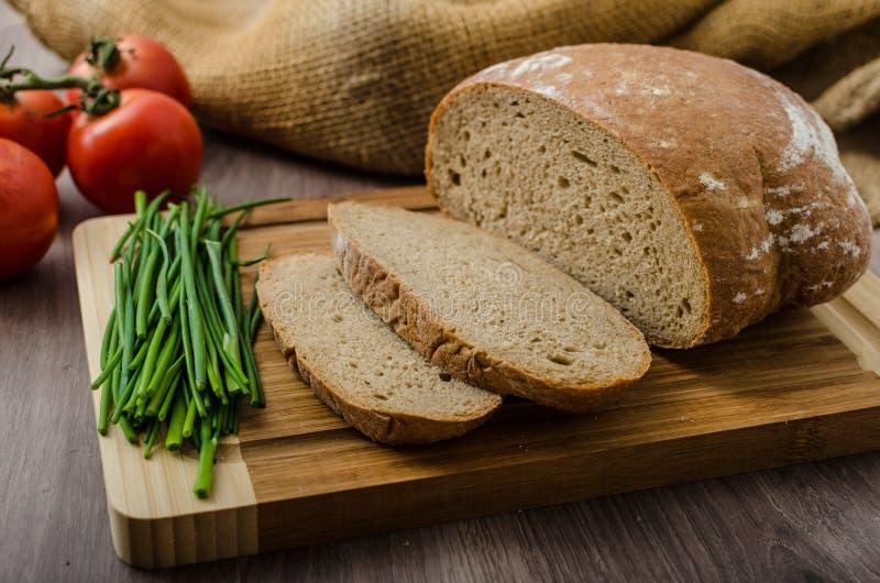 健康早餐-自创啤酒面包用乳酪,蕃茄 免版税库存照片