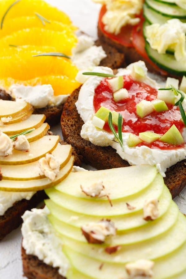 健康早餐bruschetta用果子、乳酪和坚果 宴会快餐 库存照片