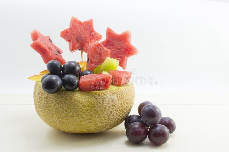 健康有吸引力的水果沙拉在一个新鲜的瓜服务反对b 库存图片