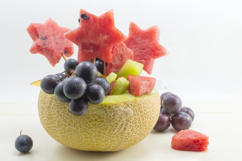 健康有吸引力的水果沙拉在一个新鲜的瓜服务 图库摄影