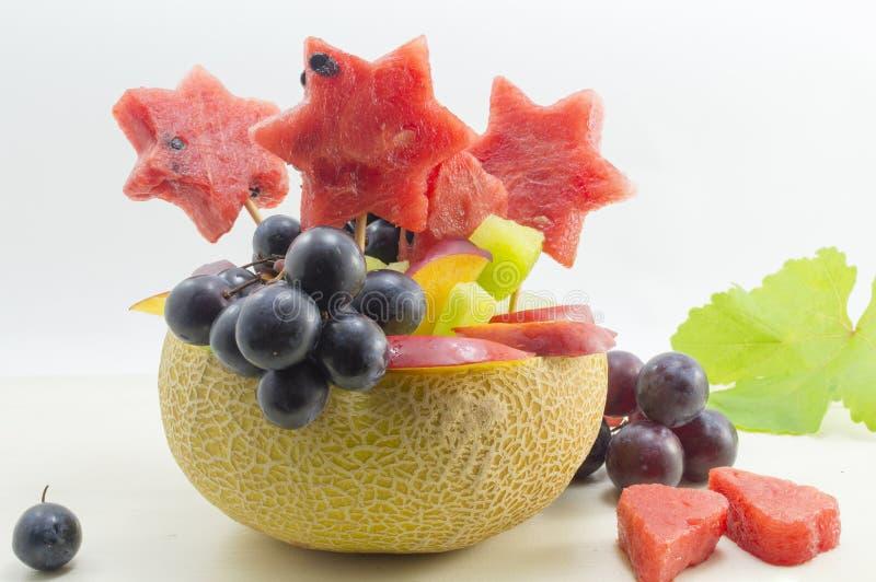 健康有吸引力的水果沙拉在一个新鲜的瓜服务 免版税图库摄影