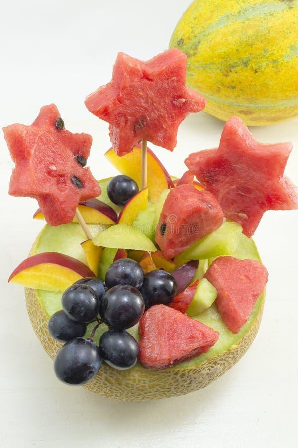 健康有吸引力的水果沙拉在白色的一个新鲜的瓜服务 库存图片