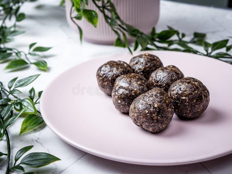 健康有机日期能量球用黑暗的巧克力,烘干了fru 库存图片