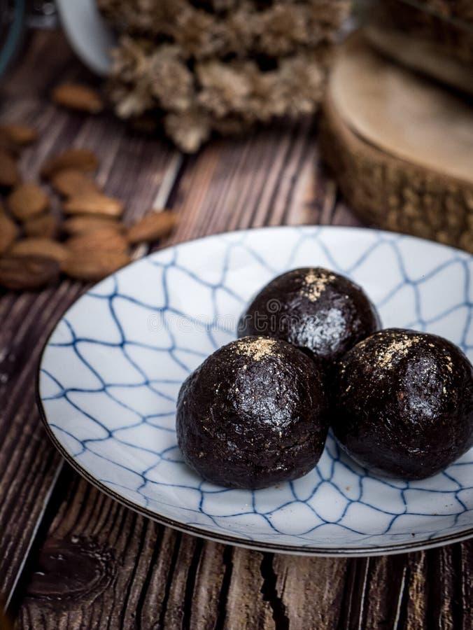 健康有机日期能量球用黑暗的巧克力,烘干了fru 免版税库存图片