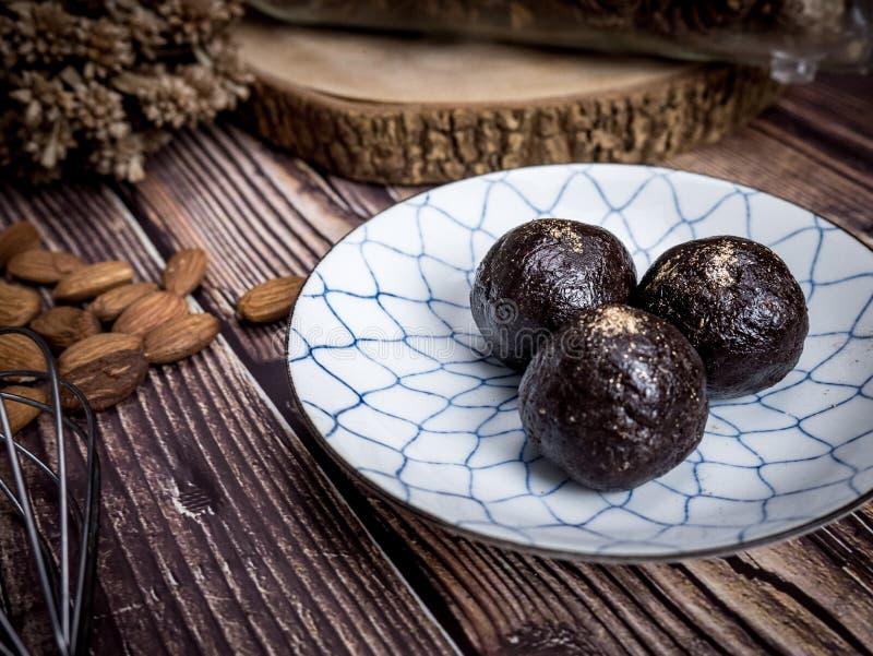 健康有机日期能量球用黑暗的巧克力,烘干了fru 图库摄影