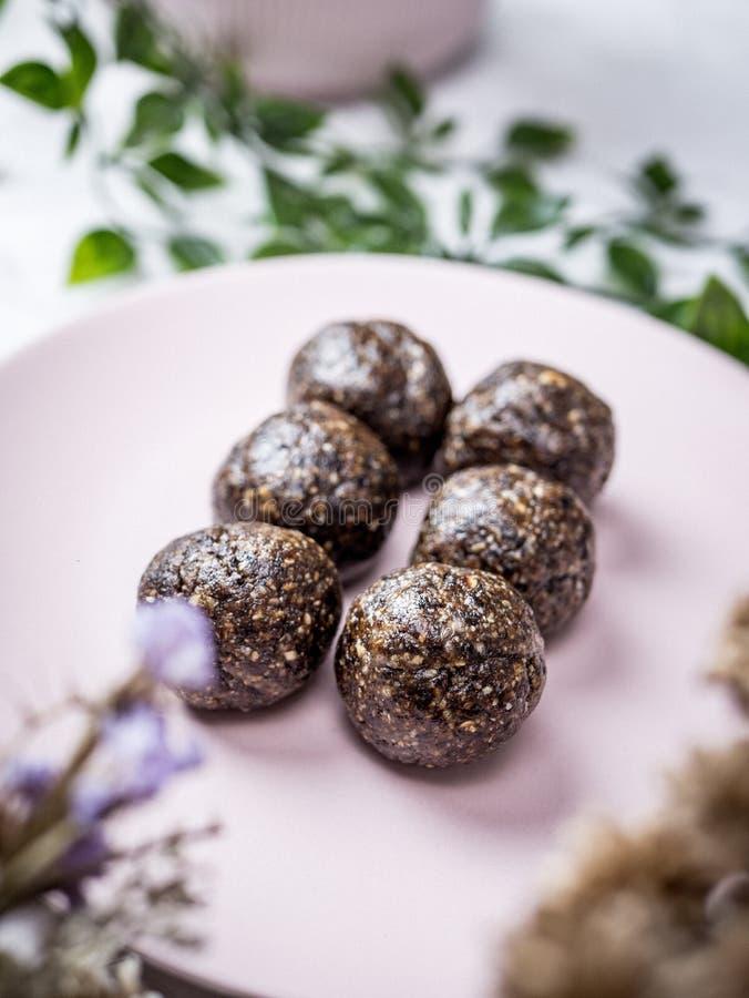 健康有机日期能量球用黑暗的巧克力,烘干了fru 库存照片
