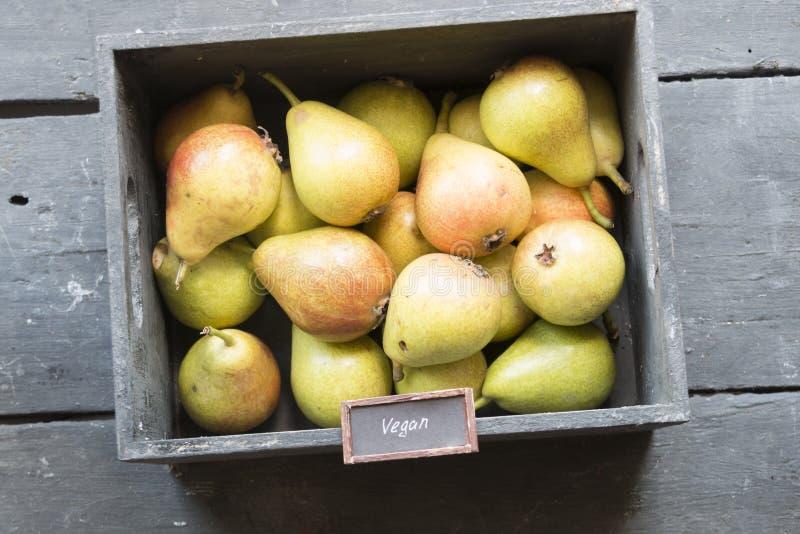 健康有机梨-素食主义者食物减速火箭的概念 免版税库存图片