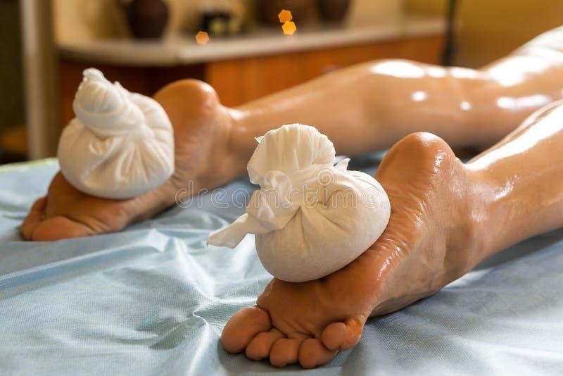 健康有秀丽的温泉的妇女芳香与e的疗法按摩 免版税图库摄影