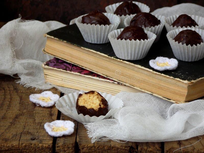 健康未加工的能量咬住用发芽的鸡豆、坚果和恶 用在木背景的巧克力盖的素食主义者块菌 Homema 图库摄影