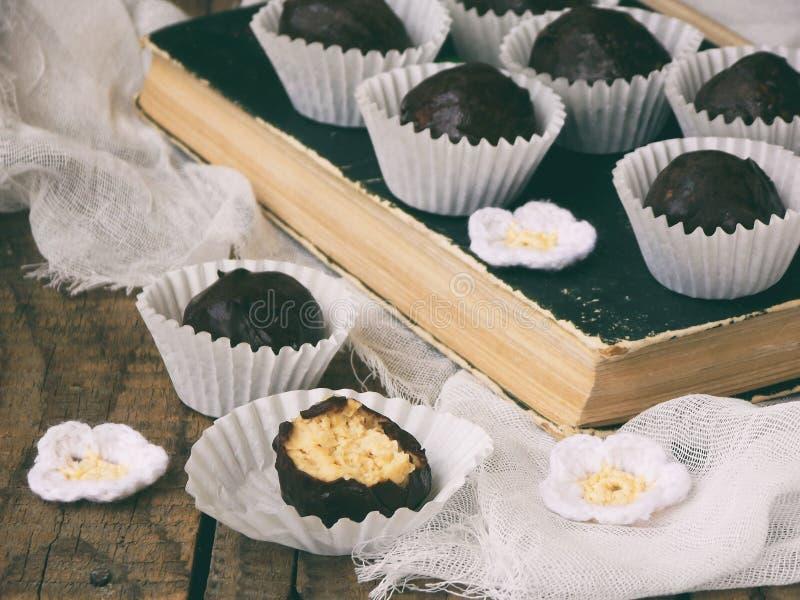 健康未加工的能量咬住用发芽的鸡豆、坚果和恶 用在木背景的巧克力盖的素食主义者块菌 Homema 库存图片