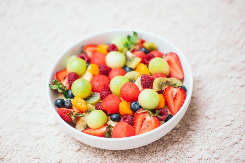 健康果子春天沙拉 健康饮食概念 在碗的可口新鲜的莓果 r r 五颜六色的果子 免版税库存照片