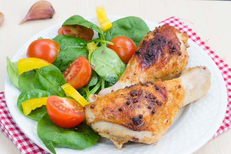 健康正餐: 烤鸡腿和沙拉 免版税库存照片