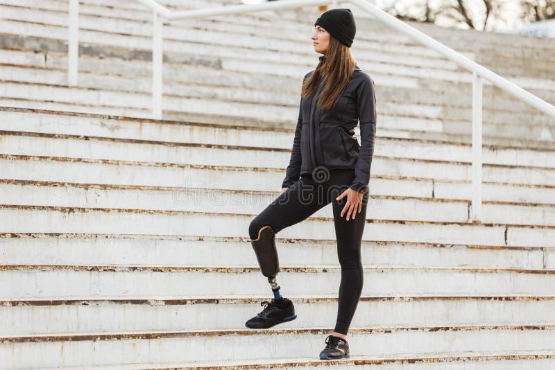 健康残疾妇女照片运动服的有假肢的le 库存照片