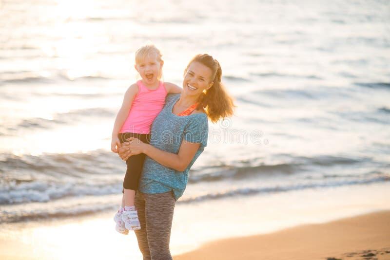 健康母亲和女婴海滩的 免版税库存图片