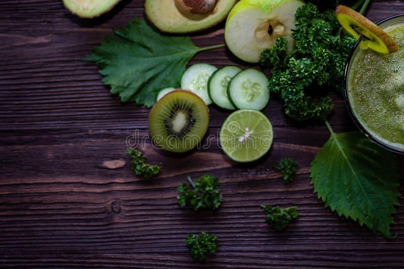 健康汁液 戒毒所、饮食和减肥的在木背景,顶视图绿色圆滑的人,有机和新鲜的绿色菜 库存照片