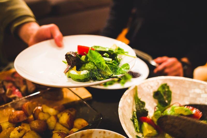 健康沙拉和肉饭桌 库存图片