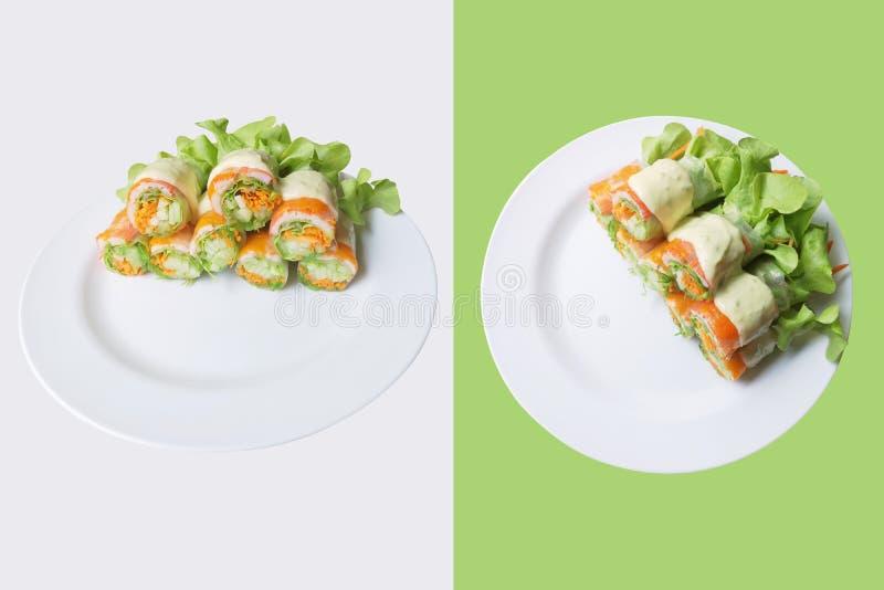 健康沙拉在白色板材和空的空间滚动文本的 隔绝在与裁减路线的绿色背景 库存图片