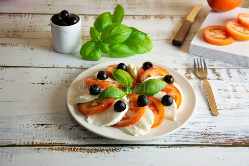 健康沙拉用无盐干酪蕃茄和新鲜的蓬蒿 免版税库存图片