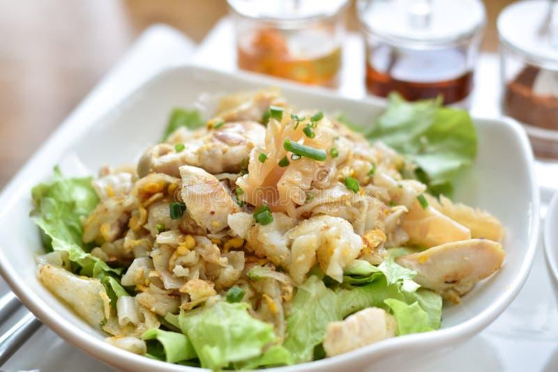 健康泰国食物有面条,菜,与鸡的鸡胸脯叫的炒米米线混合物  免版税库存图片