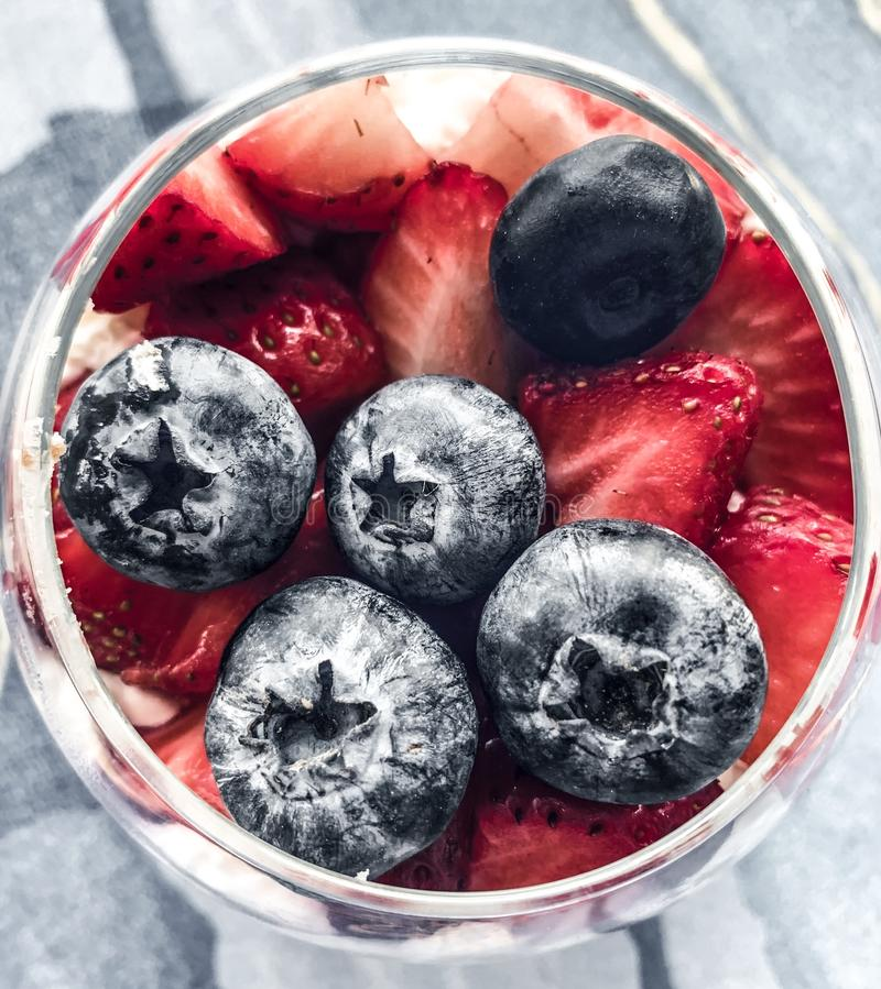 健康点心用蓝莓,草莓,莓 戒毒所和饮食食物 Tonned foto 免版税库存照片