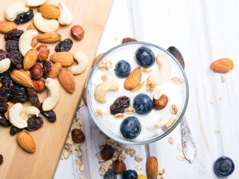 健康点心用酸奶、坚果、燕麦和蓝莓 免版税库存照片