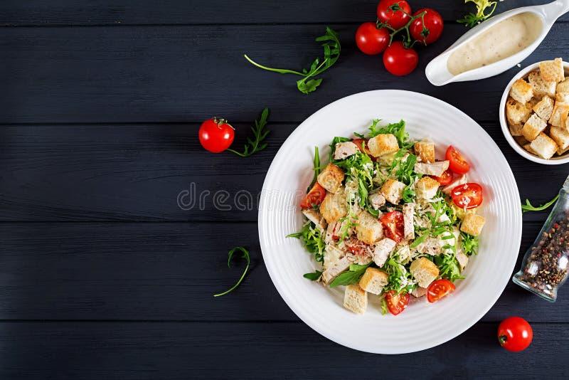 健康烤鸡凯萨色拉用蕃茄、乳酪和油煎方型小面包片 库存照片