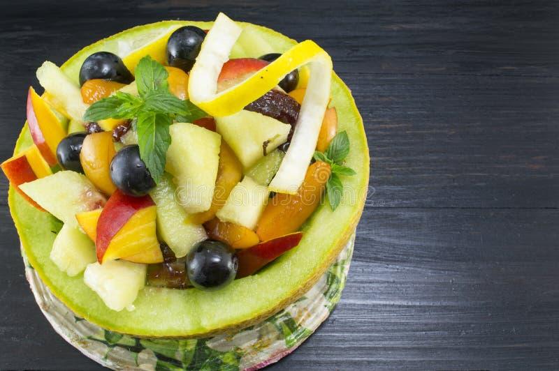 健康独特的水果沙拉在一新麦服务用巧克力 免版税库存照片