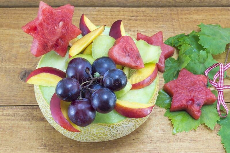 健康独特的水果沙拉在木t的一个新鲜的瓜服务 库存图片