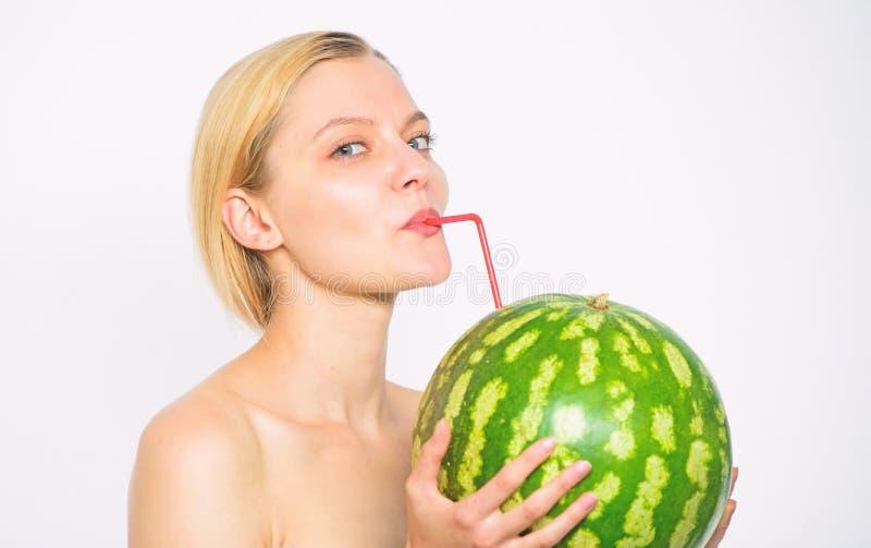 健康生活方式和有机营养 西瓜维生素饮料 享用自然汁液 女孩裸体饮料新鲜的汁液 免版税库存图片