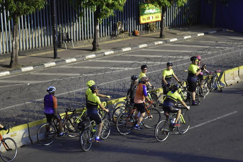 健康生活方式-小组人乘坐的自行车在城市在周末 免版税库存图片
