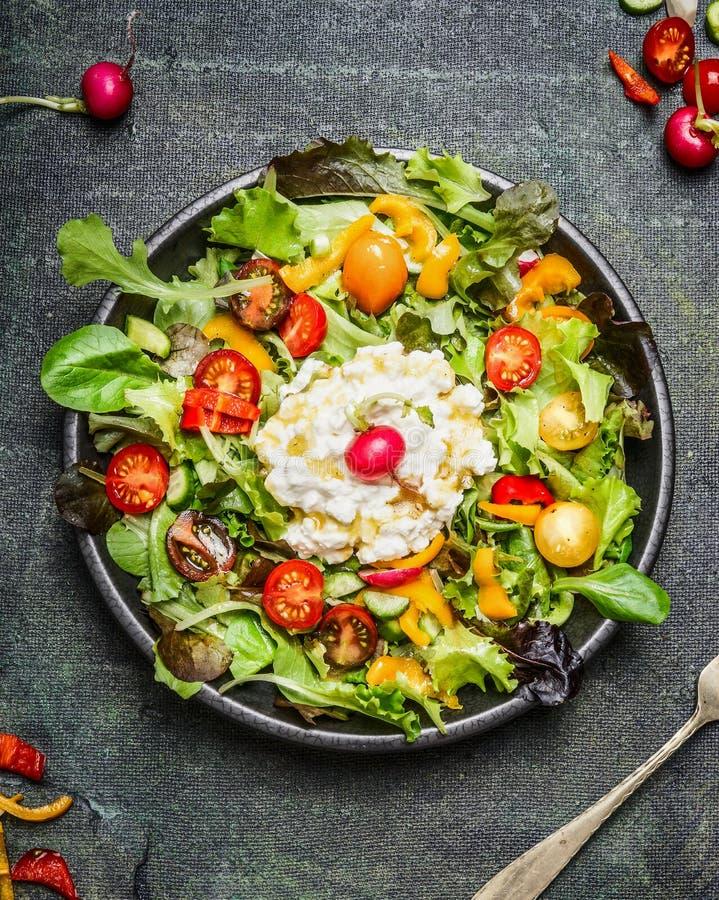 健康生菜盘用莴苣、酸奶干酪和蕃茄在土气背景,顶视图 免版税图库摄影